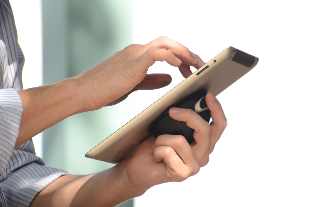 TTSD-iPad-hand-004
